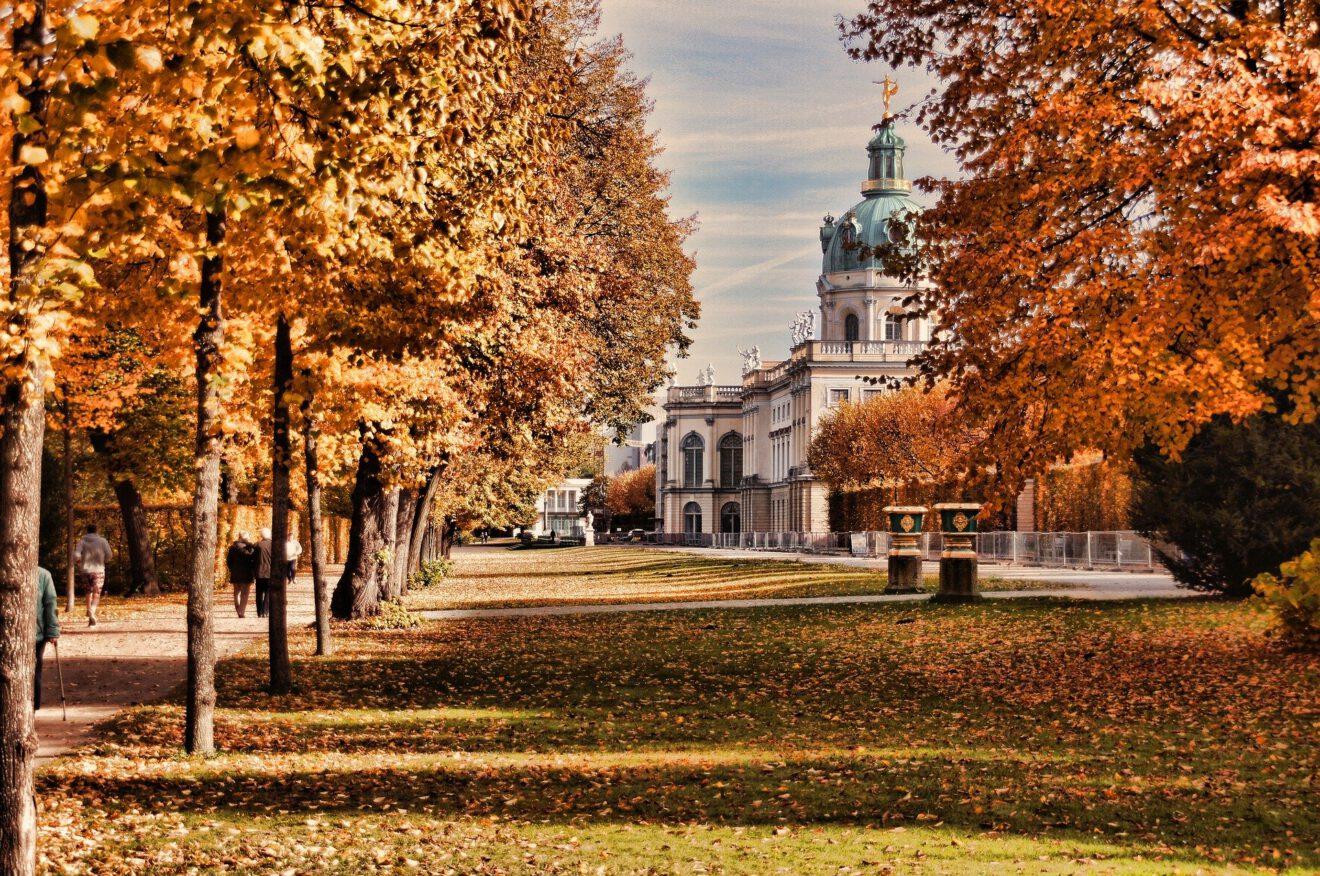Das Bild zeigt Park und Schloss Charlottenburg im Herbst
