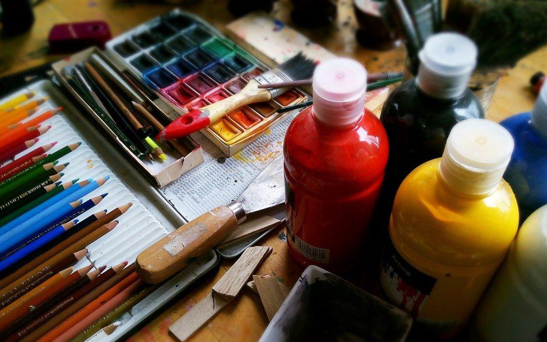 Das Bild zeigt Kunstmaterialien