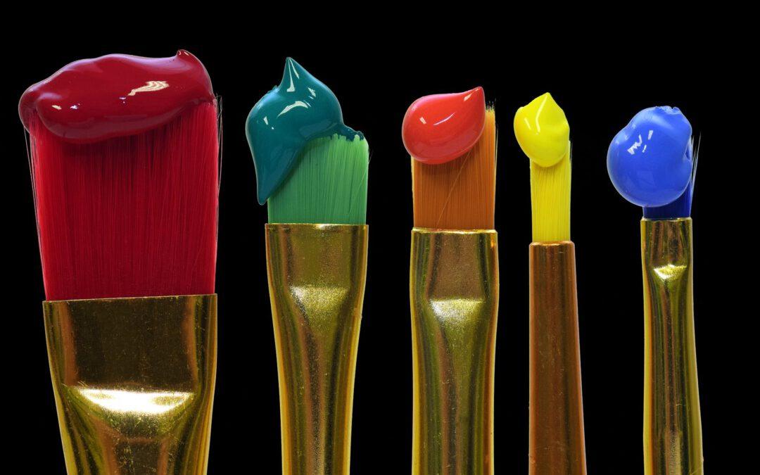 Das Bild zeigt Pinsel mit Farben