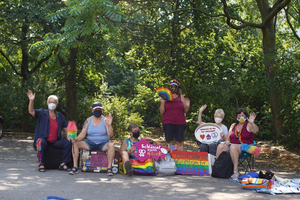 Das Foto zeigt Frauen, die sich für das Lesbenwohnprojekt einsetzen