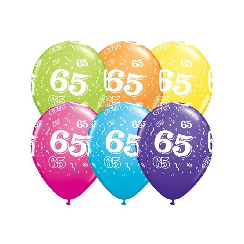 Das Bild zeigt bunte Luftballons mit der Zahl 65 drauf