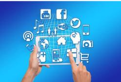 Die Illustration zeigt zwei Hände, die Internetanwendungen wie Facebook, Youtube, Twitter und andere bedienen.